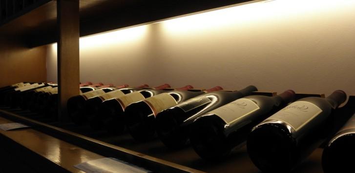 列成一排的葡萄酒