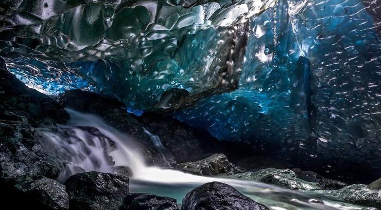 冰岛冰川现水晶瀑布