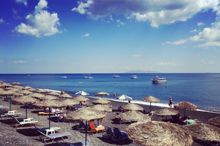 卡玛里黑沙滩