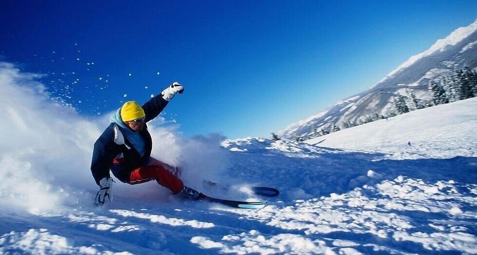 霞穆尼滑雪