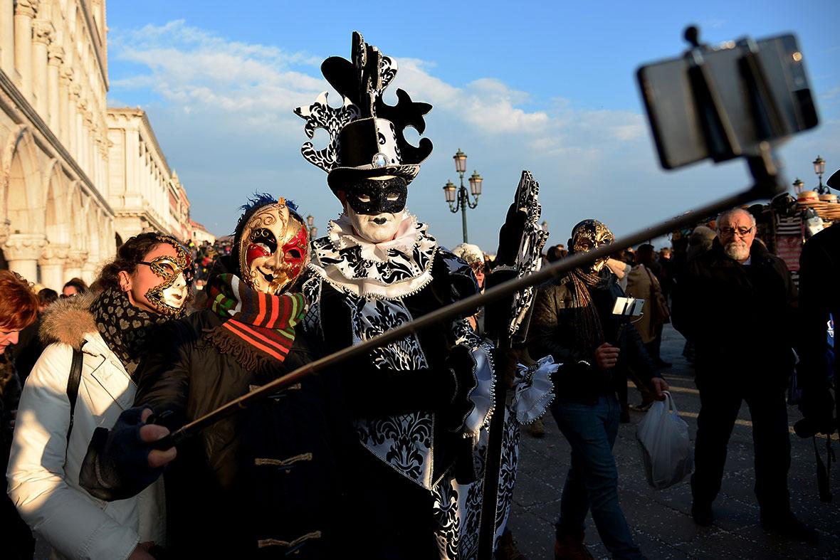 venice-carnival-2015-selfie-stick